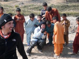 Hakan ja Sandan esittelevät valokuvia lapsille.