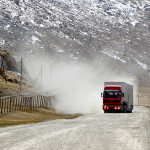 Kiinalainen rekka Kirgisian vuorilla